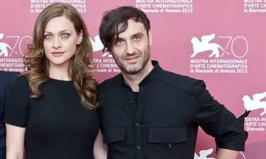 O διεθνής σκηνοθέτης Αλέξανδρος Αβρανάς και η μούσα σύντροφός του μαζί στο νέο του βήμα