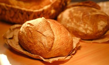 #Μένουμε _σπίτι: Πανεύκολη συνταγή για σπιτικό ψωμί χωρίς μαγιά (vids)