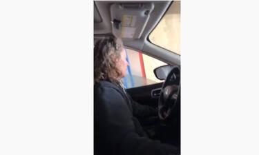 Πήγε σε πλυντήριο αυτοκινήτων και της χάλασε το παράθυρο του οδηγού - Δείτε τι έγινε (video)