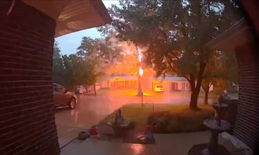 Κλείστηκαν σπίτι λόγω καταιγίδας - «Πάγωσαν» μ' αυτό που είδαν στην κάμερα (video)