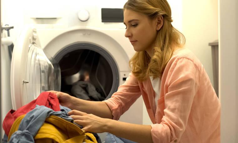 Κορονοϊός: Πρέπει να πλένουμε τα ρούχα μας όταν επιστρέφουμε σπίτι και σε ποια θερμοκρασία;