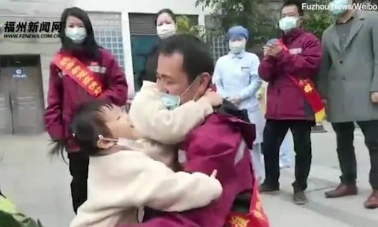 Τρομερές εικόνες - Κινέζοι γιατροί συναντούν για πρώτη φορά τις οικογένειές τους και ξεσπούν (video)