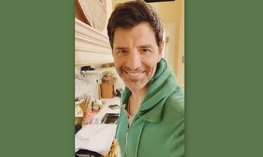 Θέλεις να δεις τον Ρουβά να φτιάχνει πατατάκια στην κουζίνα του; Κι εμείς... (Και Σάκης και συνταγή)