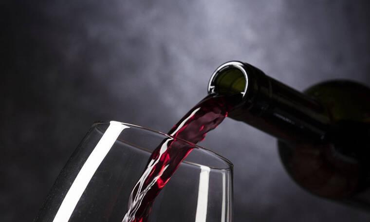 Έβαλε ένα μπολ με κρασί στον πάγκο της κουζίνας - Αυτό που έκανε θα σας τρελάνει (photos)