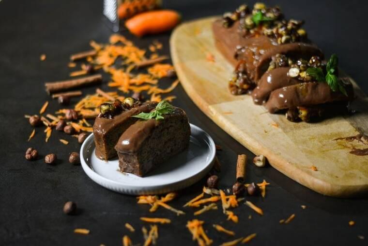 Carrot Cake με επικάλυψη πραλίνας φουντουκιού