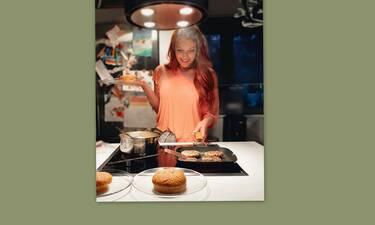 Σίσσυ Χρηστίδου: Μπήκε στην κουζίνα και έφτιαξε πεντανόστιμα μπέργκερ σε χρόνο ρεκόρ