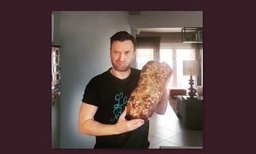 Αργύρης Αγγέλου: Έφτιαξε πεντανόστιμα τσουρέκια και θα ξετρελαθείς με τη συνταγή του!