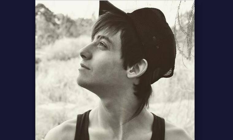 Είναι πασίγνωστος Έλληνας τραγουδιστής και είναι αγνώριστος χωρίς μούσι και μουστάκι! (photos)