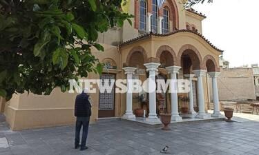 Το Newsbomb.gr στο Κουκάκι: Τι λένε οι ενορίτες για τον ιερέα που κοινώνησε πιστούς (pics&vids)