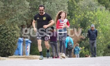 Τάσος Νούσιας: Η σπάνια έξοδος και η γυμναστική με την κόρη του εν μέσω καραντίνας! (Photos)
