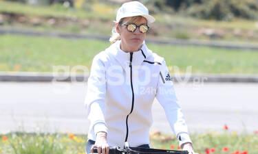 Η Σάσα Σταμάτη όπως δεν την έχουμε ξαναδεί! Με το trendy ποδήλατό της στους δρόμους της Μάνδρας
