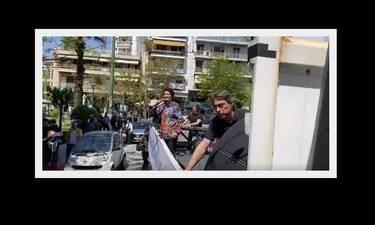 Απίστευτο! Η Άλκηστις Πρωτοψάλτη βγήκε στους δρόμους της Αθήνας και τραγούδησε σε καρότσα φορτηγού!