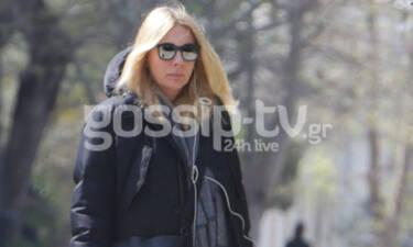 Σμαράγδα Καρύδη:Έστειλε «Μετακίνηση 6» για βόλτα με statement κομμάτι της γκαρνταρόμπας της (photos)