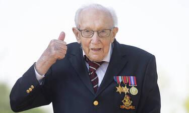 Συνταγματάρχης στα... 100: Τίμησαν τον Βρετανό βετεράνο που μάζεψε εκατομμύρια περπατώντας