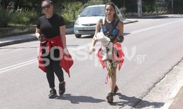 Κόνι Μεταξά: Χαλαρή βόλτα με τον σύντροφό της και τον σκύλο της! (Photos)