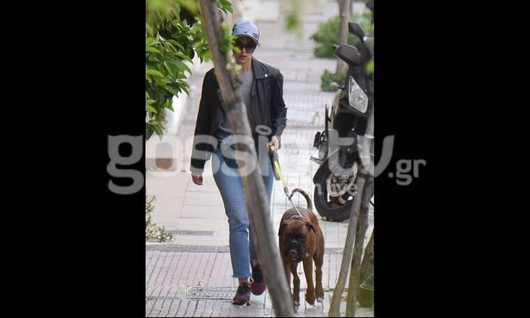 Η Ευαγγελία Συριοπούλου έχει στιλ ακόμα κι όταν βγάζει βόλτα τον σκύλο της! (Photos)