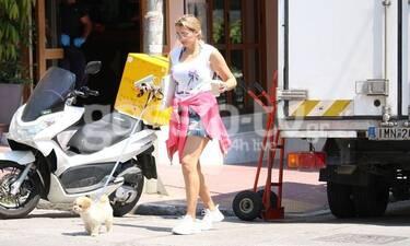 Κωνσταντίνα Σπυροπούλου: Οι βόλτες με το σκυλάκι της και καλοκαιρινό outfit (Photos)