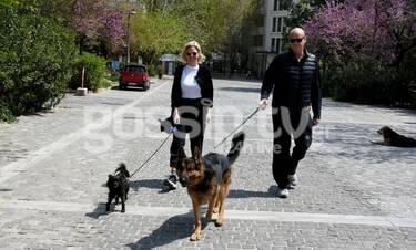 Τζώννυ Καλημέρης-Χριστίνα Κοντοβά: Βόλτα στο κέντρο της Αθήνας με τα... μωρά τους! (Photos)
