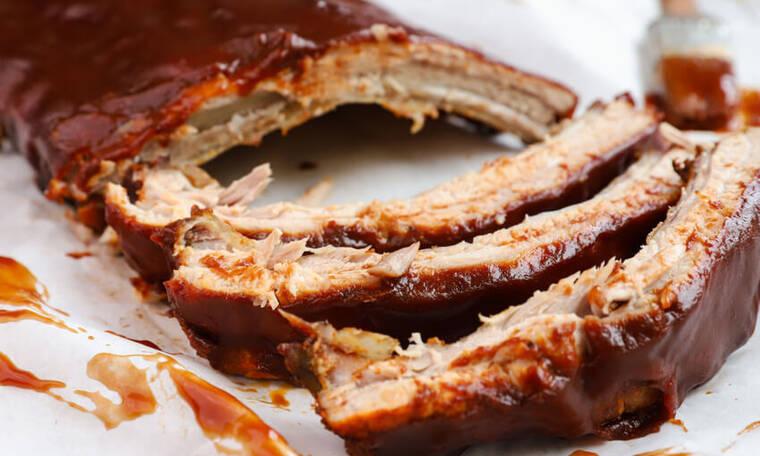 Καραμελωμένα spare ribs με bbq sauce και σαλάτα coleslaw