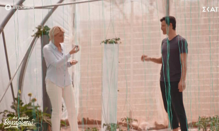 Σάκης Ρουβάς: Ξενάγησε τη Σία Κοσιώνη στο μποστάνι του, την κέρασε φράουλες και της τραγούδησε!