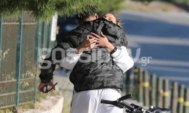Δεν πρόλαβε να γίνει γνωστή η σχέση και ήρθαν οι πρώτες φωτό-Oι αγκαλιές στη μέση του δρόμου! (pics)
