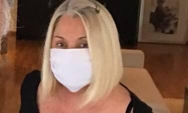 H Ρούλα Κορομηλά φοράει μάσκα και μέσα στο σπίτι όταν έχει επισκέψεις! (photos)