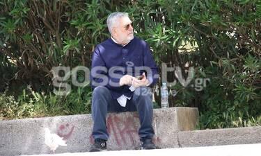 Μάκης Τσέλιος: Πήγε βόλτα και δεν σταμάτησε να παίζει να το κινητό του! (Photos)