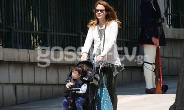 Λένα Παπαληγούρα: Bόλτα στην Αθήνα με τον γιο της - O μικρούλης εντυπωσιάστηκε με αυτό που αντίκρισε