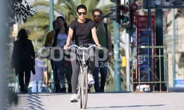 Τόνια Σωτηροπούλου: Με το ποδήλατό της βόλτα στο κέντρο της Αθήνας (photos)