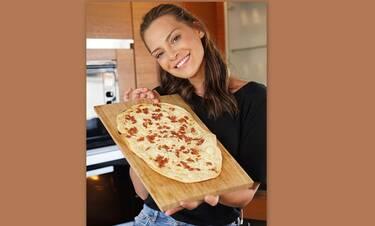 Υβόννη Μπόσνιακ: Έφτιαξε τραγανή γερμανική πίτσα έτοιμη σε μόλις 20 λεπτά! (Photos & Video)