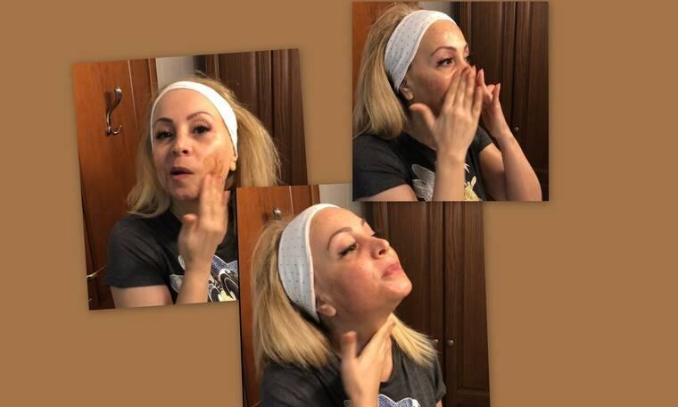 Τέτα Καμπουρέλη: Εντελώς ακομπλεξάριστη και αμακιγιάριστη κάνει πήλιγνκ προσώπου on camera (Video)