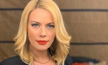 Μακρυπούλια: Χωρίς μακιγιάζ την έχουμε ξαναδεί αλλά με αυτό το look στα μαλλιά, όχι! Θα σαστίσεις