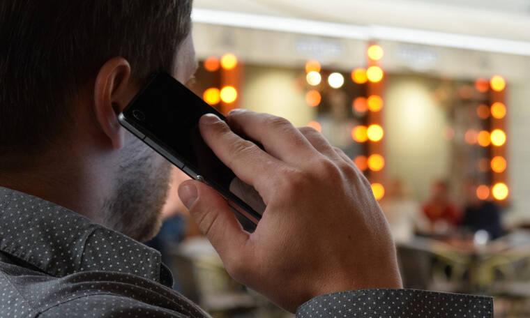 Ο άνδρας που έχει στην κατοχή του 2,371 κινητά τηλέφωνα (video)