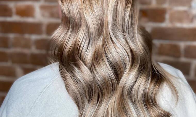Ξέχνα το  California Blonde, ήρθε το ξανθό της άμμου και είναι το απόλυτο καλοκαιρινό χρώμα