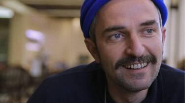 Άρης Σερβετάλης: Κι όμως κατά τη διάρκεια της καραντίνας έφτιαχνε … έπιπλα
