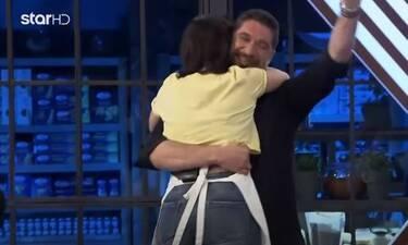 MasterChef: Η Μαρία κέρδισε και έτρεξε στην αγκαλιά του μέντορά της Πάνου Ιωαννίδη! (video)