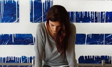 Η Ελληνίδα ζωγράφος Καρολίνα Ροβύθη, εμπνέεται από την Ελλάδα και μας το δείχνει με τα έργα της (γράφει η Majenco στο Queen.gr)
