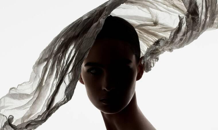 Ένα νέο βιβλίο γιορτάζει 7 δεκαετίες των θρυλικών καπέλων του Dior