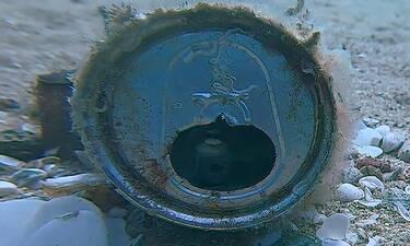 Απίστευτο! Βρήκαν κουτάκι στον βυθό της θάλασσας - Τρελάθηκαν μ' αυτό που ήταν μέσα (video)