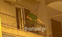 Χαμός στην Θεσσαλονίκη: Βγήκε στο μπαλκόνι του και άρχισε να πετάει γλάστρες και καρέκλες