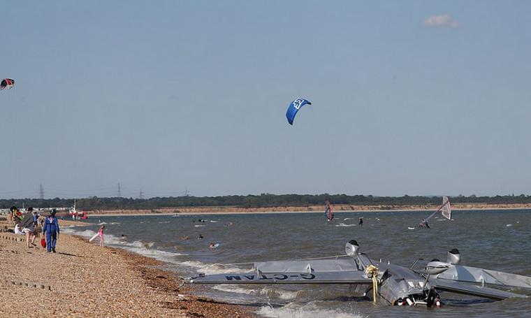 Αεροπλάνο συνετρίβη σε παραλία με λουόμενους – Καρέ - καρέ η διάσωση του πληρώματος (pics)