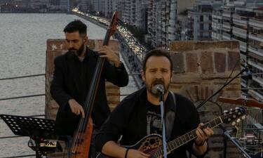 Ο Κώστας Μακεδόνας ανεβαίνει στον πυργίσκο του Λευκού Πύργου και τραγουδά για τη Θεσσαλονίκη