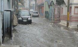 Μετά την νεροποντή, πλημμύρισαν οι δρόμοι, μα το νερό ήταν... πράσινο! (video)