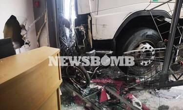 Φορτηγό «μπούκαρε» σε μαγαζί της Πειραιώς: Εντυπωσιακές εικόνες από το σημείο