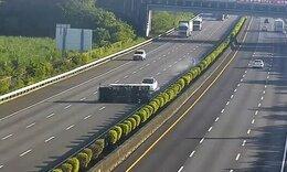 Εικόνες σοκ: Αυτοκίνητο πέφτει πάνω σε αναποδογυρισμένο φορτηγό - Δείτε γιατί (video)
