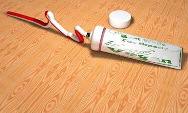 Πήρε οδοντόκρεμα και την άπλωσε στο σίδερο - Μόλις δείτε γιατί θα το κάνετε κι εσείς (video)