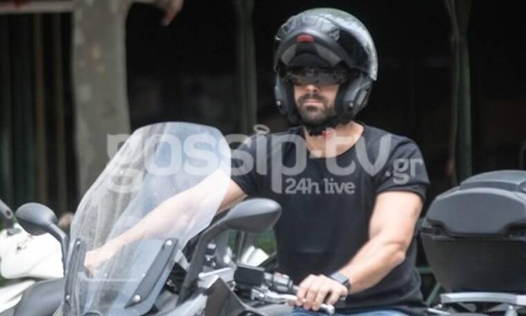 Ο Σάκης Τανιμανίδης σαν easy rider στους δρόμους της Αθήνας με τη μηχανή