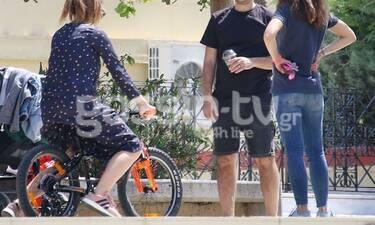 Πολύ γέλιο! Πήραν το ποδήλατο του 6χρονου γιου τους και έπαιζαν!