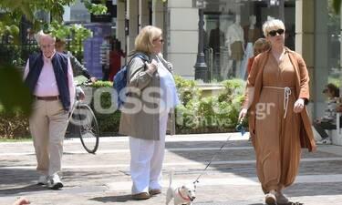 Νάντια Κοντογεώργη: Με το σκυλάκι και τους γονείς της στο κέντρο της Αθήνας