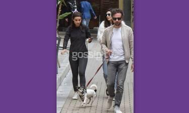 Μπροστά ο Μαραβέγιας με το σκυλί και πίσω η Σωτηροπούλου με το κινητό
